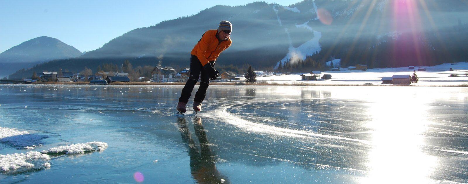 Pattinaggio sul lago ghiacciato Weissensee