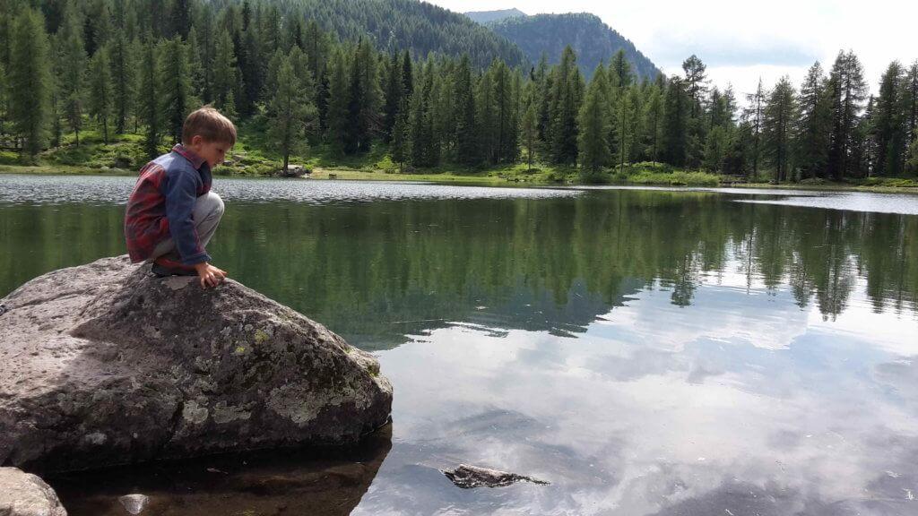 Il lago alpino di Moena a Passo San Pellegrino