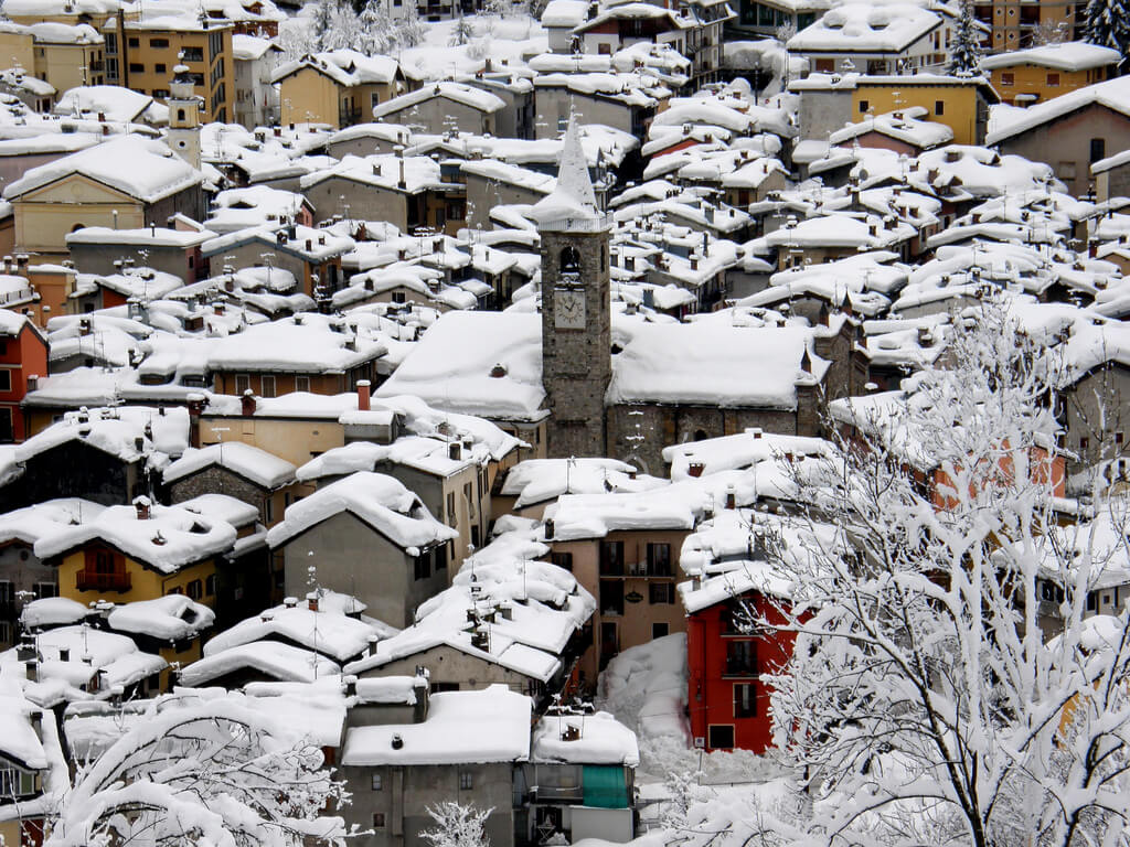 Case innevate nel Centro storico di Limone Piemonte