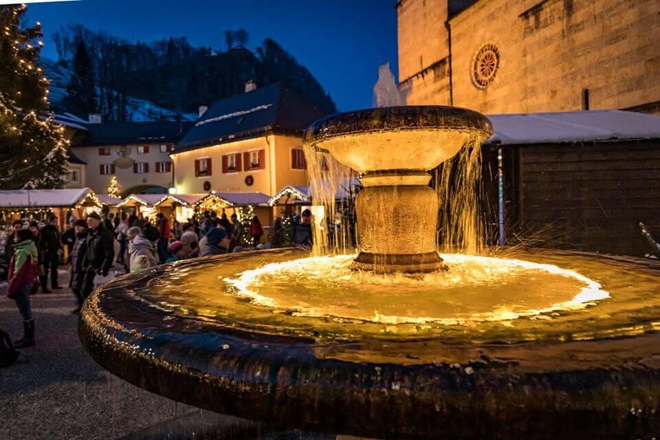 Fontana illuminata al mercatino dell'Avvento di Berchtesgaden